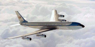 """El Boeing 707 más histórico. Conocido como el SAM 26000 fue el primero en llevar escrito """"United States Of America"""" y los colores que se mantiene hasta ahora. En su interior juró como mandatario Johnson tras el asesinato de Kennedy, en 1963 Foto:Boeing. Imagen Por:"""