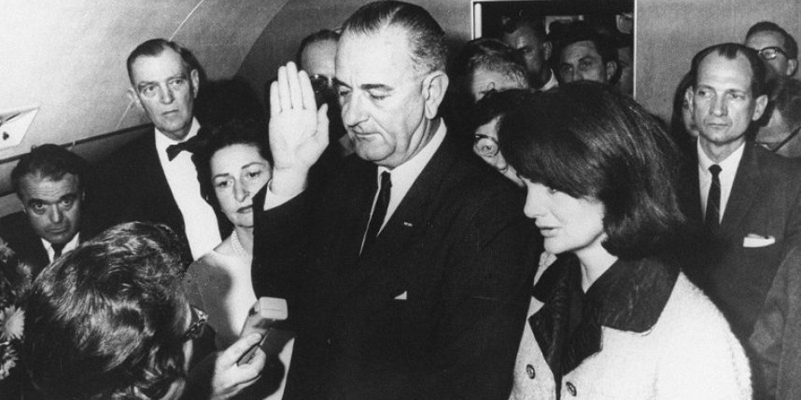 El momento más histórico que ha enfrentado un Air Force One, el juramento como presidente de Lyndon Johnson tras el asesinato de John Kennedy, en 1963 Foto:AFP. Imagen Por: