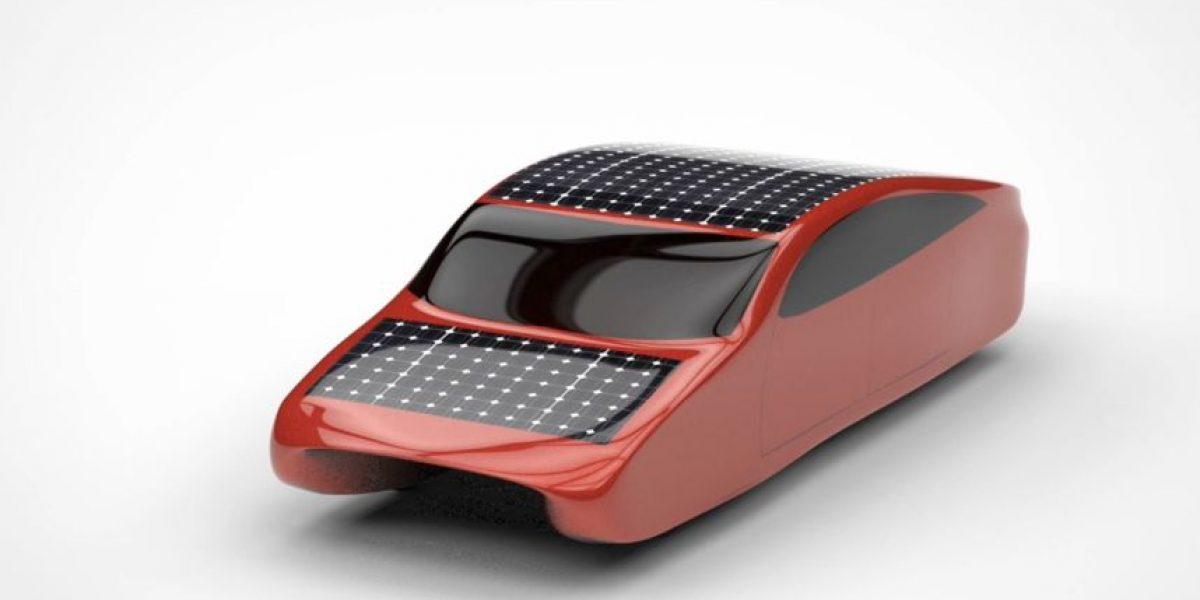 Universitarios presentan primer auto solar de cuatro puertas