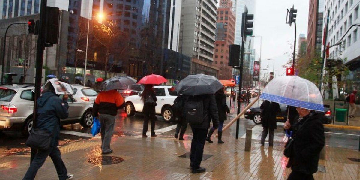 Anegamientos y cortes de luz en 15 comunas tras intensas precipitaciones en Santiago