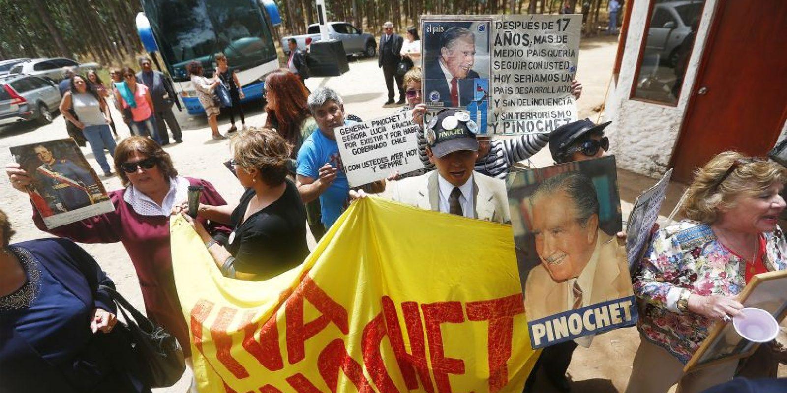 Hoy se conmemoran 10 años de la muerte de Augusto Pinochet. Amigos y familiares asistieron a una misa para recordarlo. La ceremonia se realizo en en fundo Los Boldos que la familia tiene en Santo Domingo. Foto:Aton. Imagen Por: