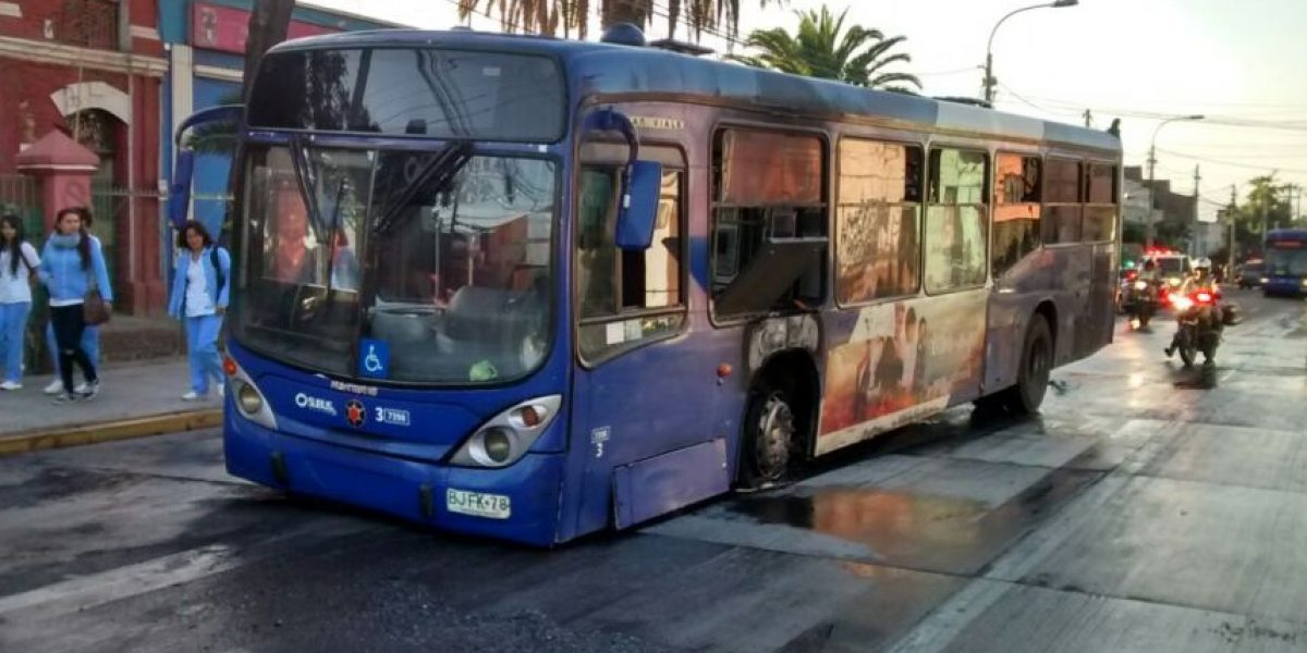 Bus del Transantiago resulta con daños tras intentar esquivar barricadas en eje Santa Rosa