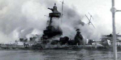 El acorazado nazi envuelto en llamas después de que su capitán ordenara su hundimiento. Foto:AFP. Imagen Por: