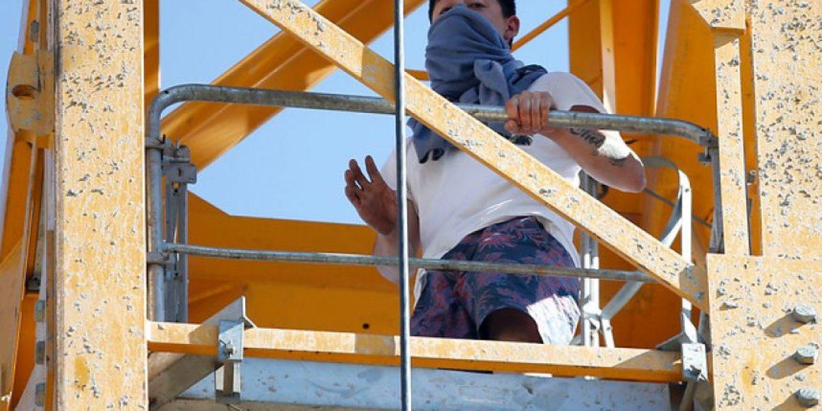 Minutos de tensión en Ñuñoa: hombre sube a grúa y amenaza con saltar desde 30 metros de altura