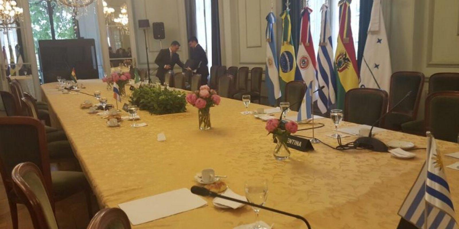El salón desocupado, donde originalmente se realizaría la cumbre del Mercosur. Foto:Twitter de Delcy Rodríguez.. Imagen Por: