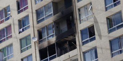 Incendio en departamento de Santiago: mujer y niño fallecen tras lanzarse de edificio