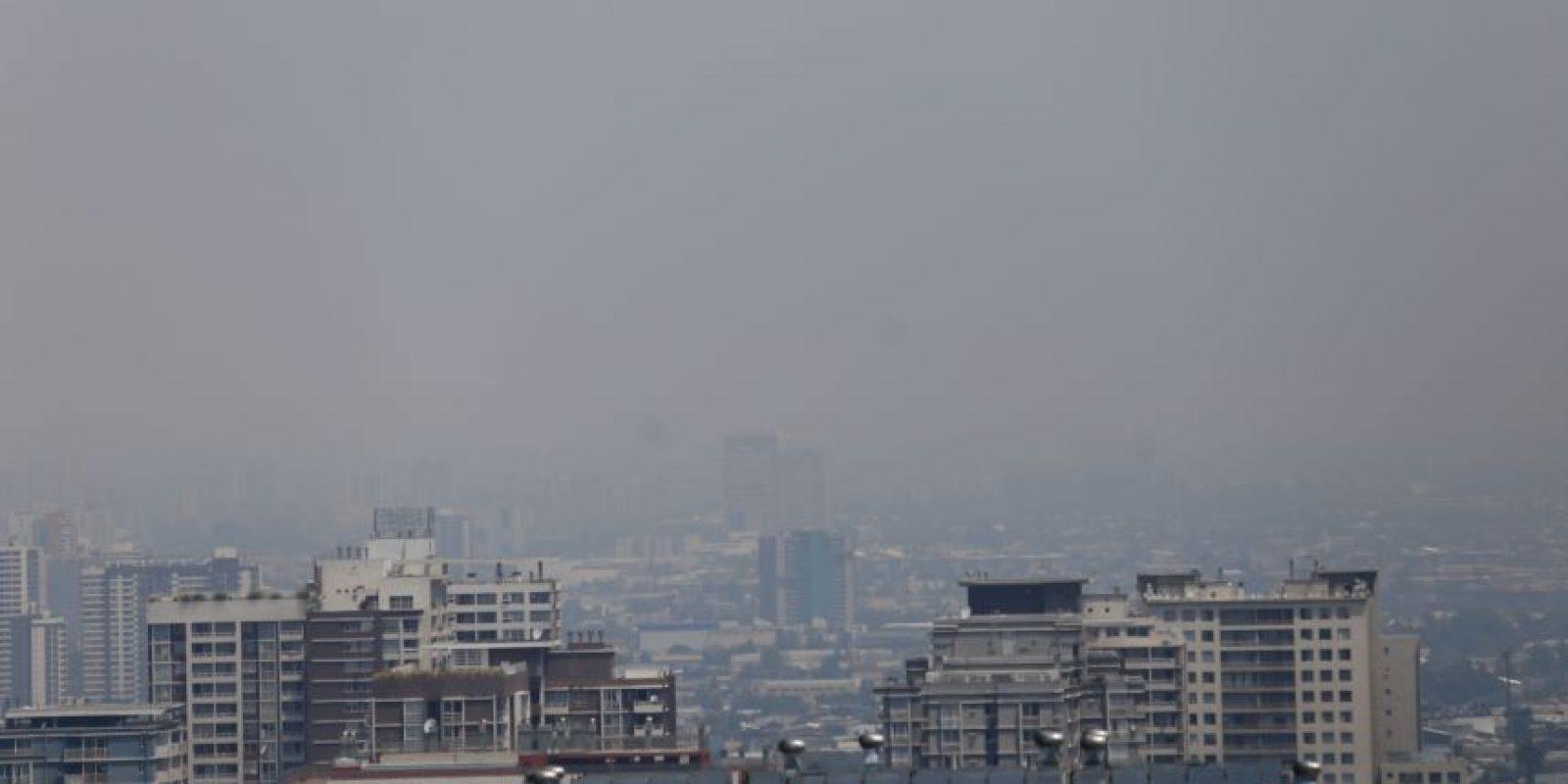 Debido a los incendios forestales que están ocurriendo, se ha poseso percibir el humo en la zona urbana de la Región Metropolitana. La Onemi ha declarado alerta roja. Foto:Agencia Uno. Imagen Por: