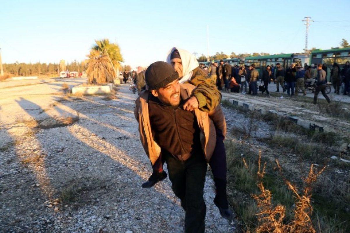 Hasta hora más de 8.000 personas habían abandonado la urbe desde ayer, tras un acuerdo entre las partes para un alto el fuego y la evacuación. Foto:Afp. Imagen Por: