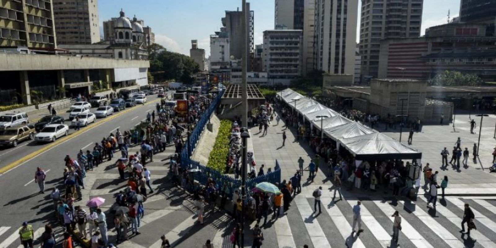 Grandes aglomeraciones para tratar de cambiar los billetes de 100 bolívares en Caracas. Foto:AFP. Imagen Por: