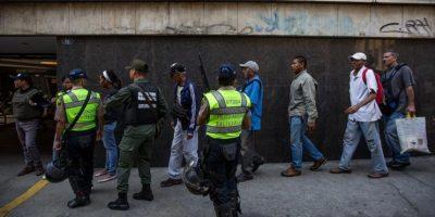 Grandes aglomeraciones para tratar de cambiar los billetes de 100 bolívares en Caracas. Foto:EFE. Imagen Por: