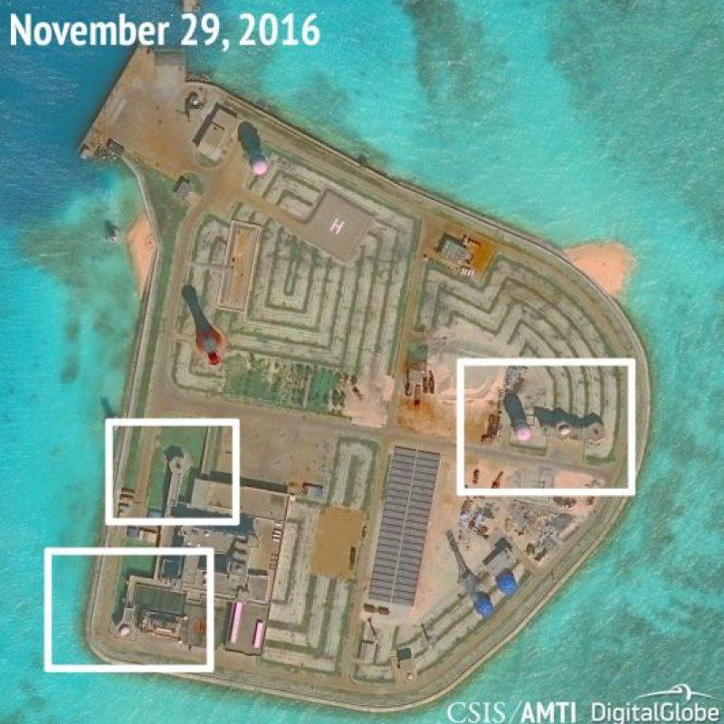 Isla artificial china y ubicación de instalaciones de armas. Foto:AMTI. Imagen Por:
