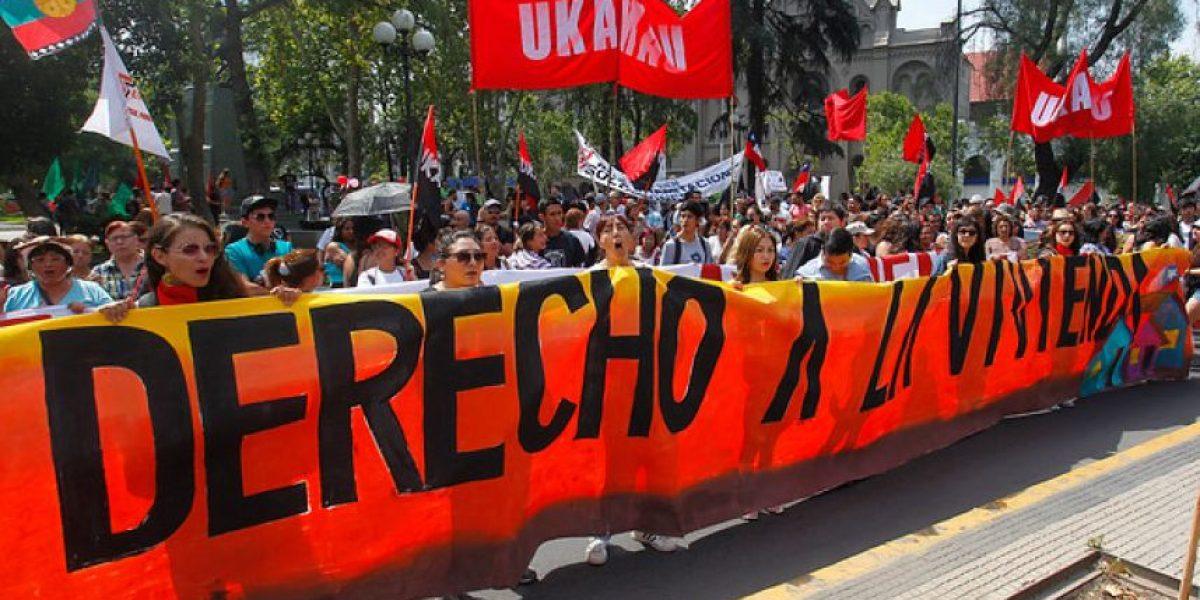 Movimiento Ukamau realizó marcha por la Alameda exigiendo derecho a la vivienda