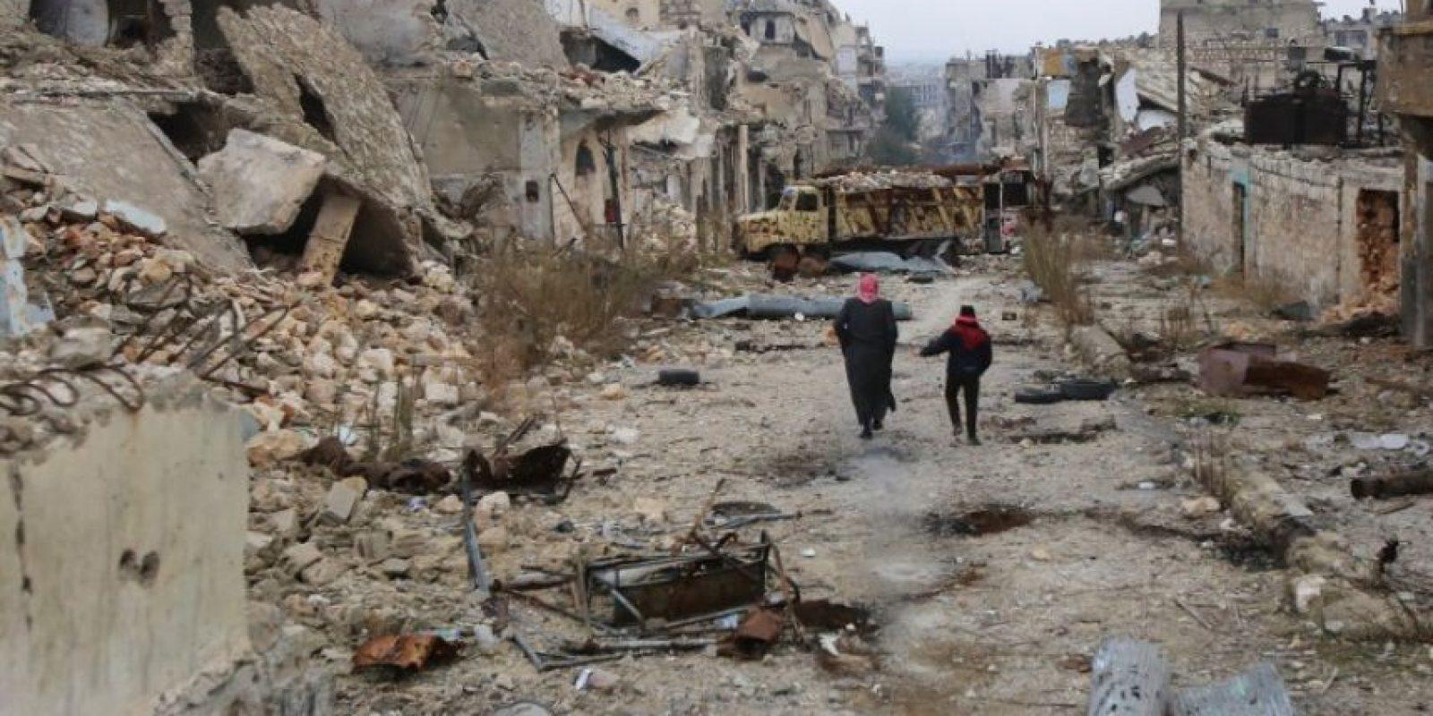 Unas 500 personas han llegado a bordo de decenas de autobuses a zonas bajo el control de las autoridades sirias en Alepo procedentes de Fua y Kefraya, en la vecina provincia de Idleb y rodeadas por el Frente de la Conquista del Levante (exfilial siria de Al Qaeda) y otras facciones. Foto:Afp. Imagen Por: