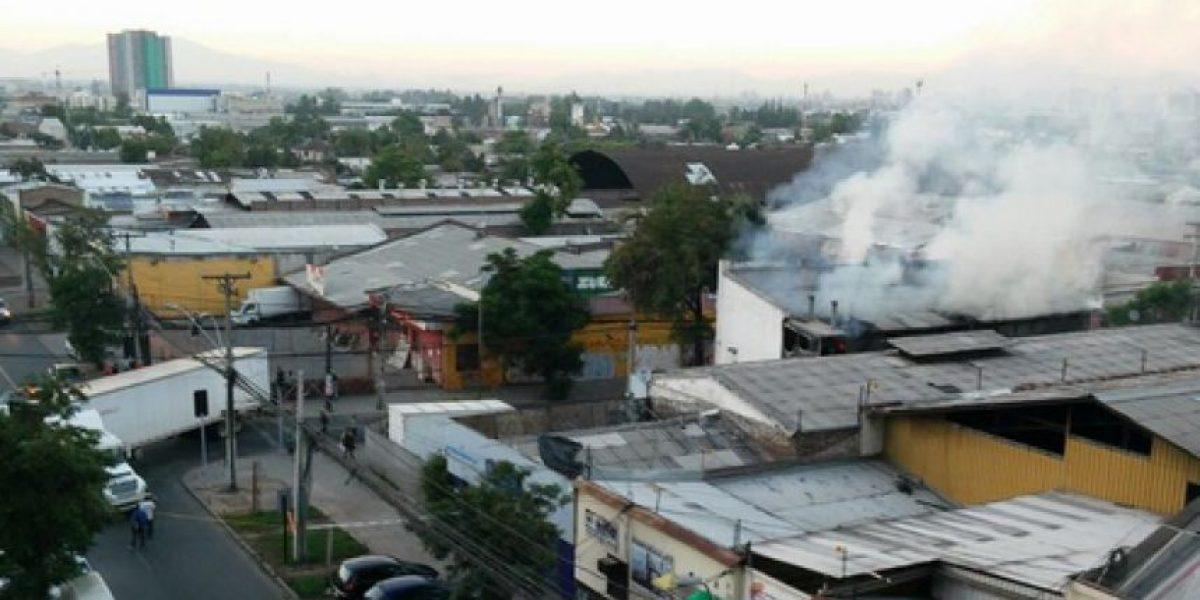 Camión cortó cables del tendido eléctrico y generó incendio en bodega de Santiago centro