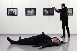 El lunes, Mert Altintas, de 22 años, mató de varios disparos al embajador ruso Andrei Karlov en el momento en que inauguraba una exposición de fotos, un asesinato filmado por las cámaras que cubrían el evento. Foto:Afp. Imagen Por: