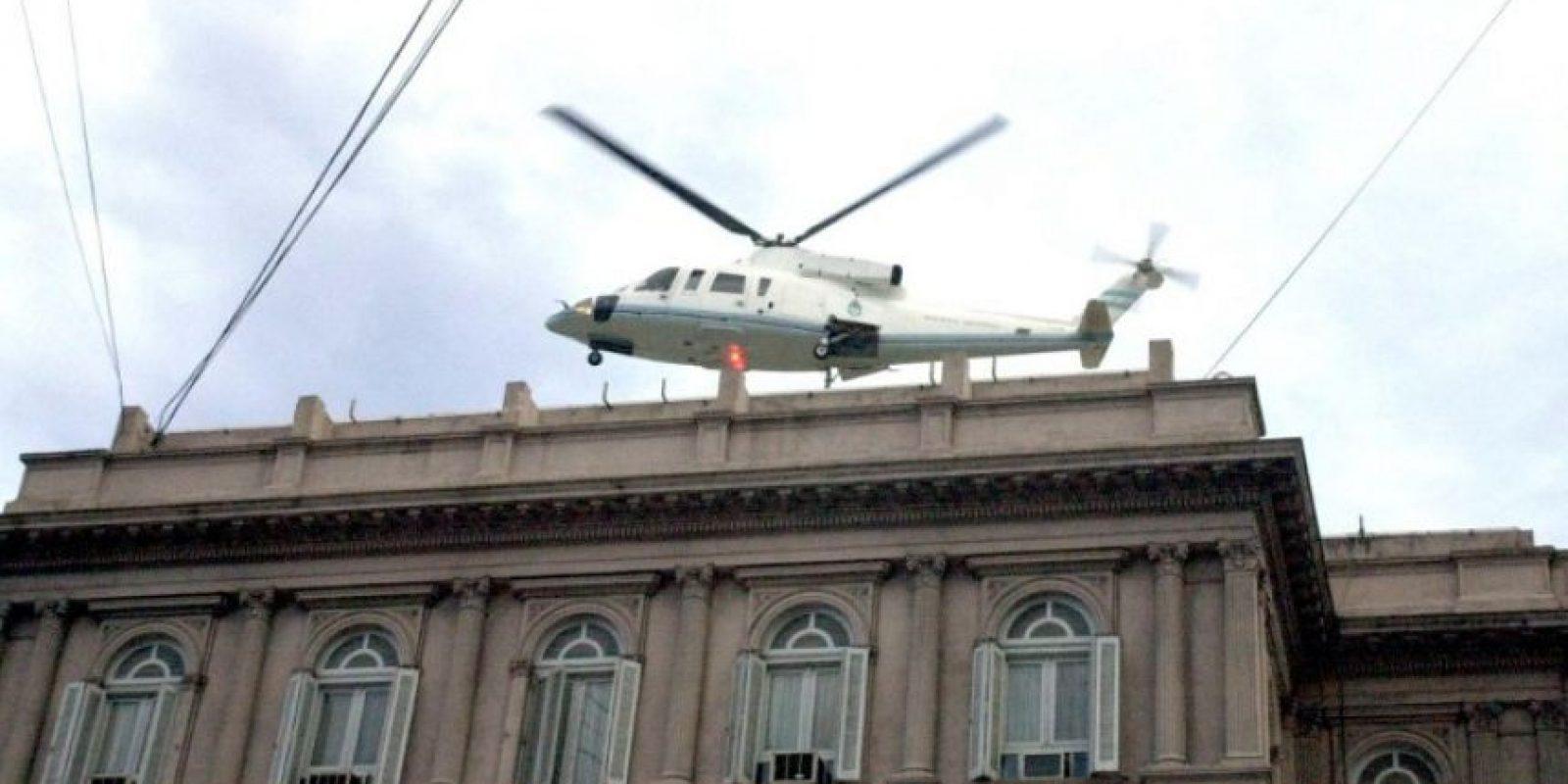 Momento en que el renunciado presidente de Argentina escapa de la Casa Rosada en helicóptero ante la tensión social. Foto:AFP. Imagen Por: