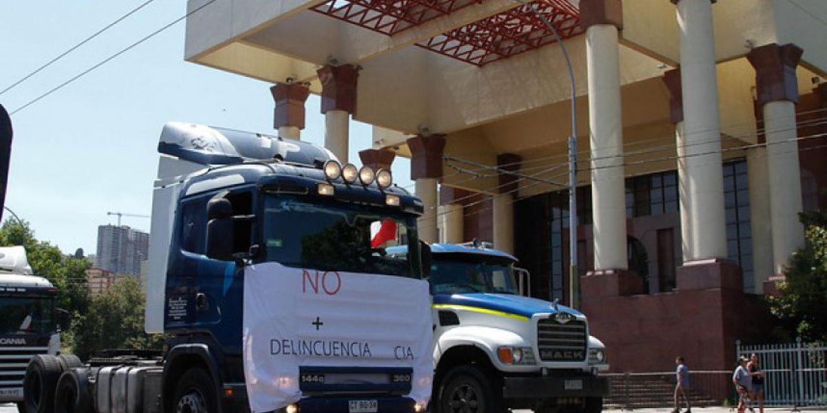 Camioneros protestan en caravana frente al Congreso en Valparaíso