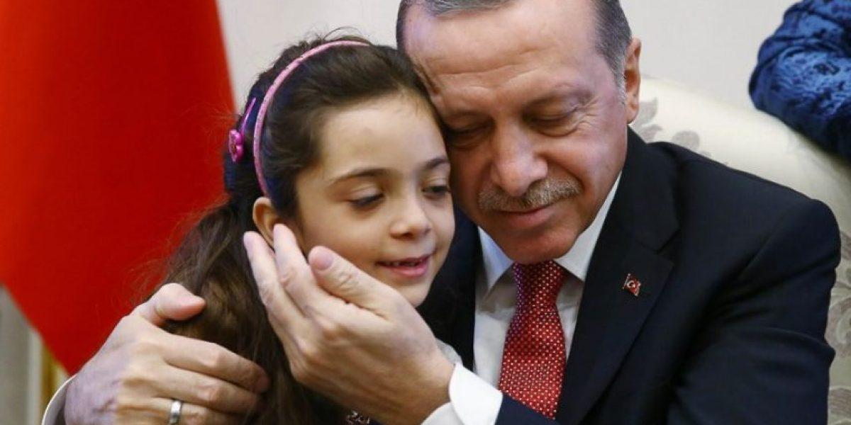 Erdogan recibe a niña siria cuyos tuits describían infierno de Alepo