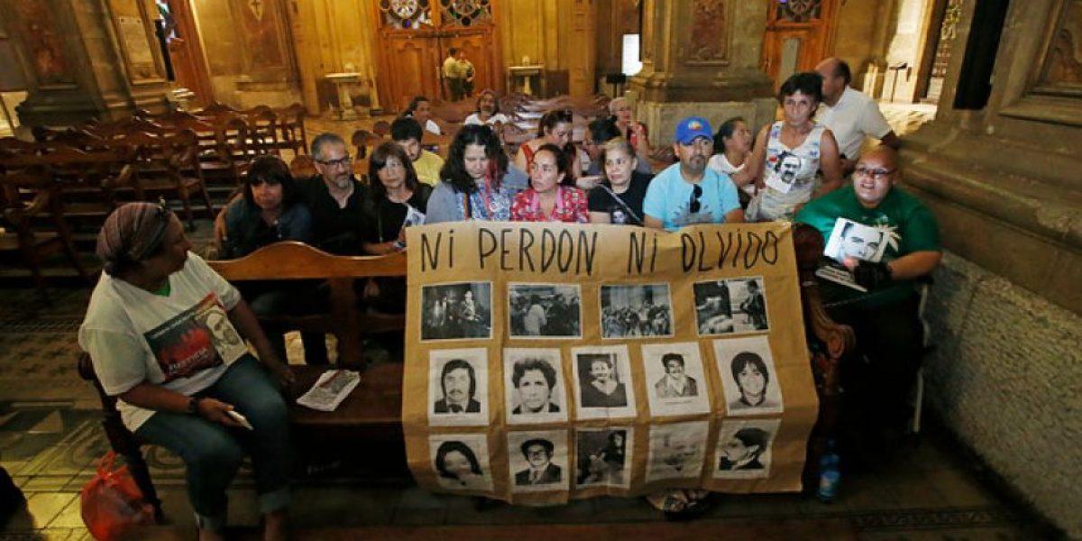 Familiares de detenidos desaparecidos protagonizaron protesta en Catedral de Santiago
