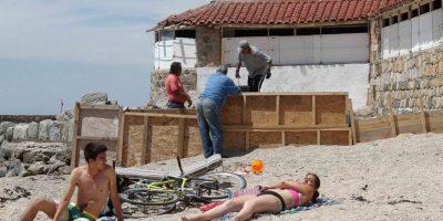 Los habitantes de Concón están molestos debido a que un particular está construyendo un muro en la playa Los Lilenes, situación supuestamente legal a pesar de que se trata de un bien de uso público. Foto:Aton. Imagen Por: