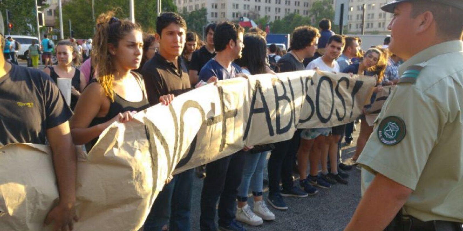 Jóvenes de Chile Vamos se manifestaron frente a La Moneda contra los abusos ocurridos en el Sename Foto:Ignacio Guzmán. Imagen Por: