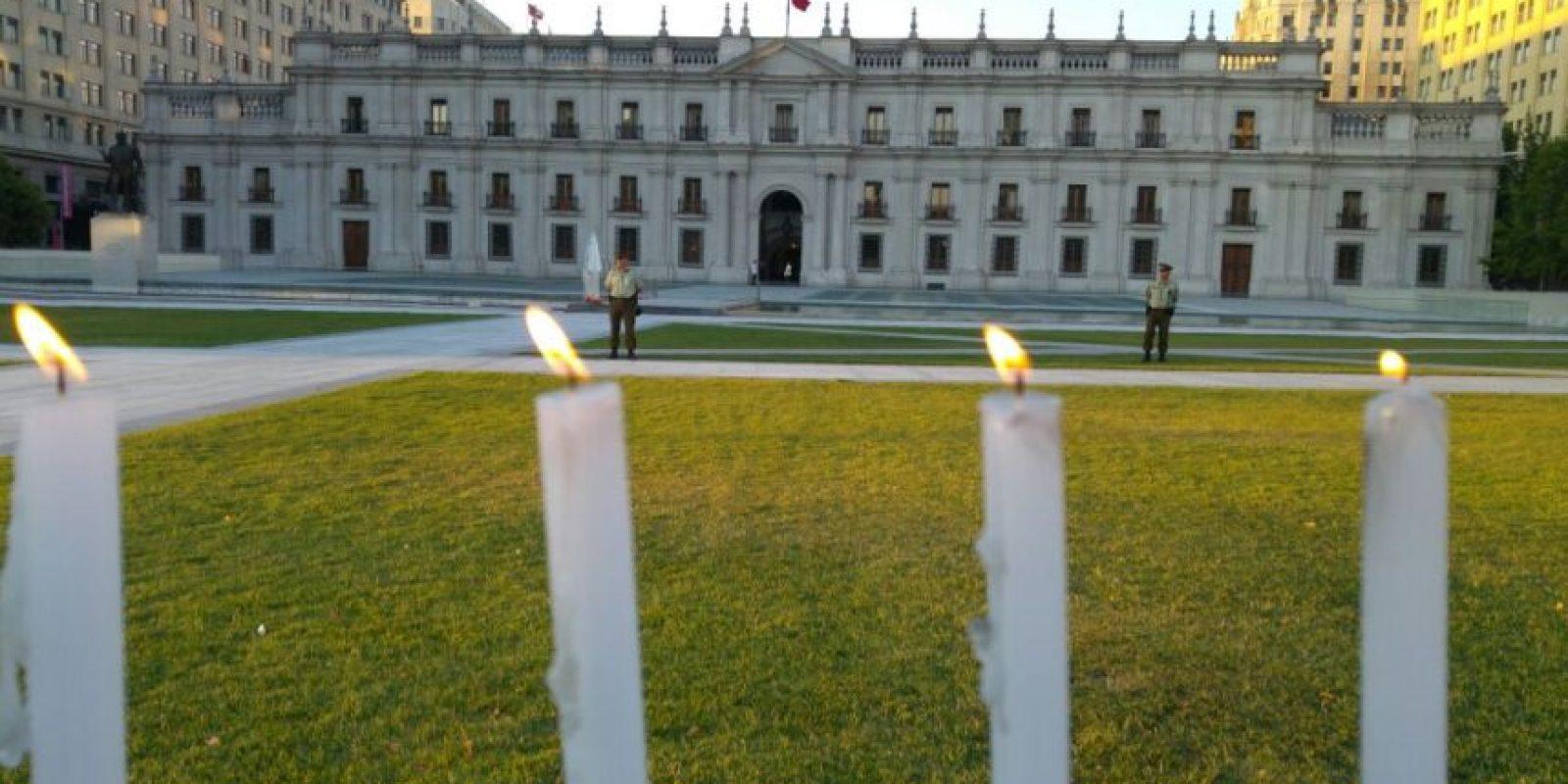 Para recordar a los niños fallecidos en Sename, los jóvenes instalaron velas frente a La Moneda Foto:Ignacio Guzmán. Imagen Por: