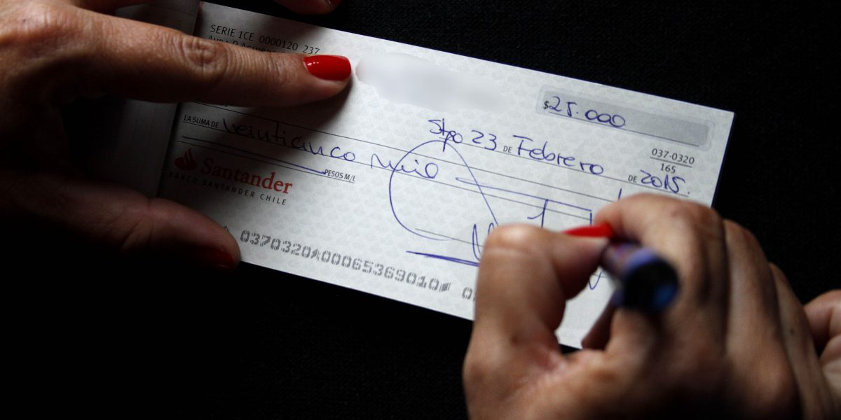 Por qué el cheque perdió su lugar en el comercio chileno