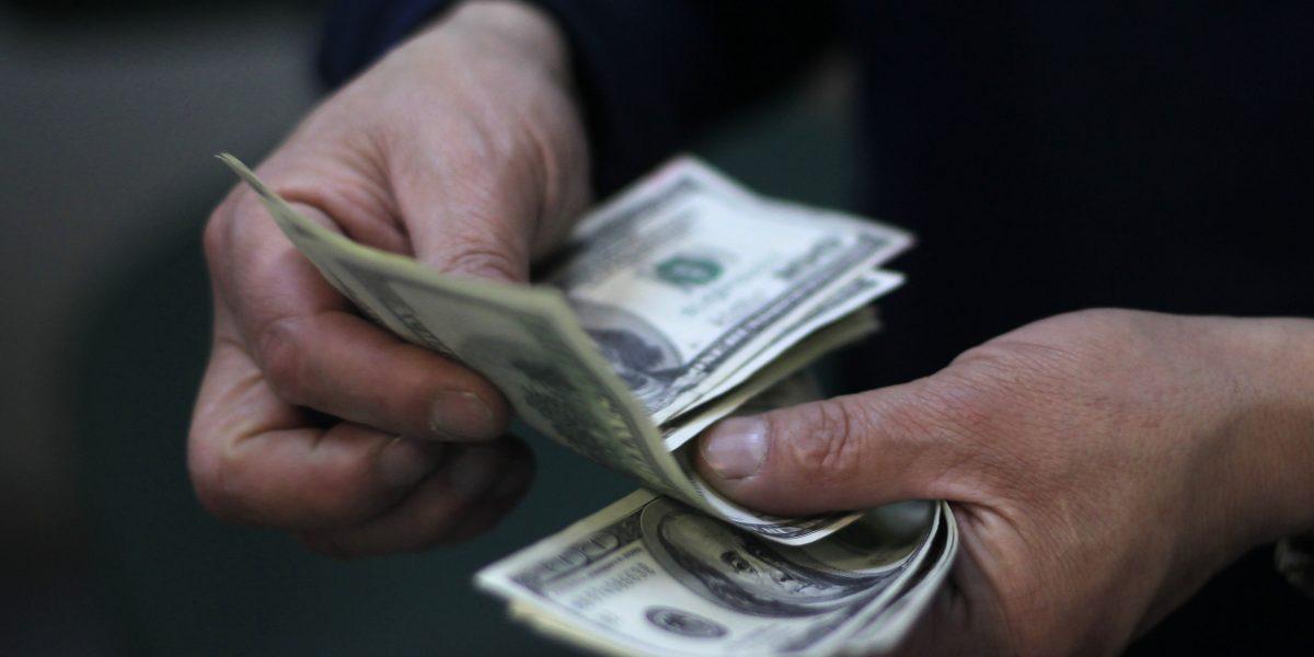 Operadores del mercado esperan un dólar en $680 en los próximos tres meses