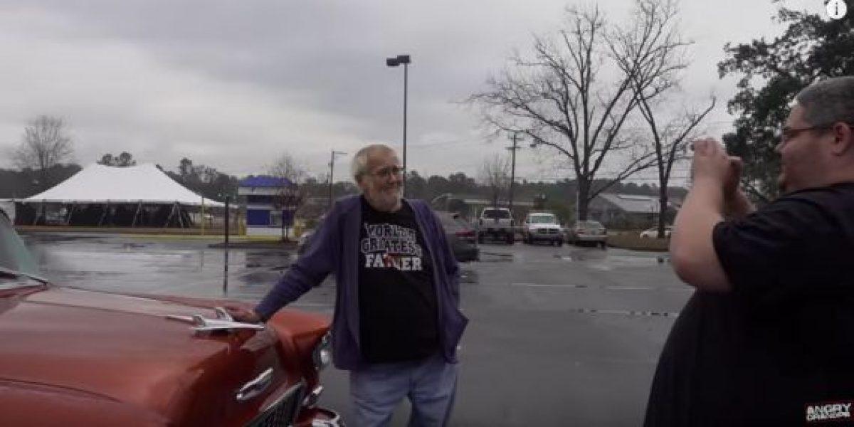 Le regalaron a su abuelo el auto de sus sueños