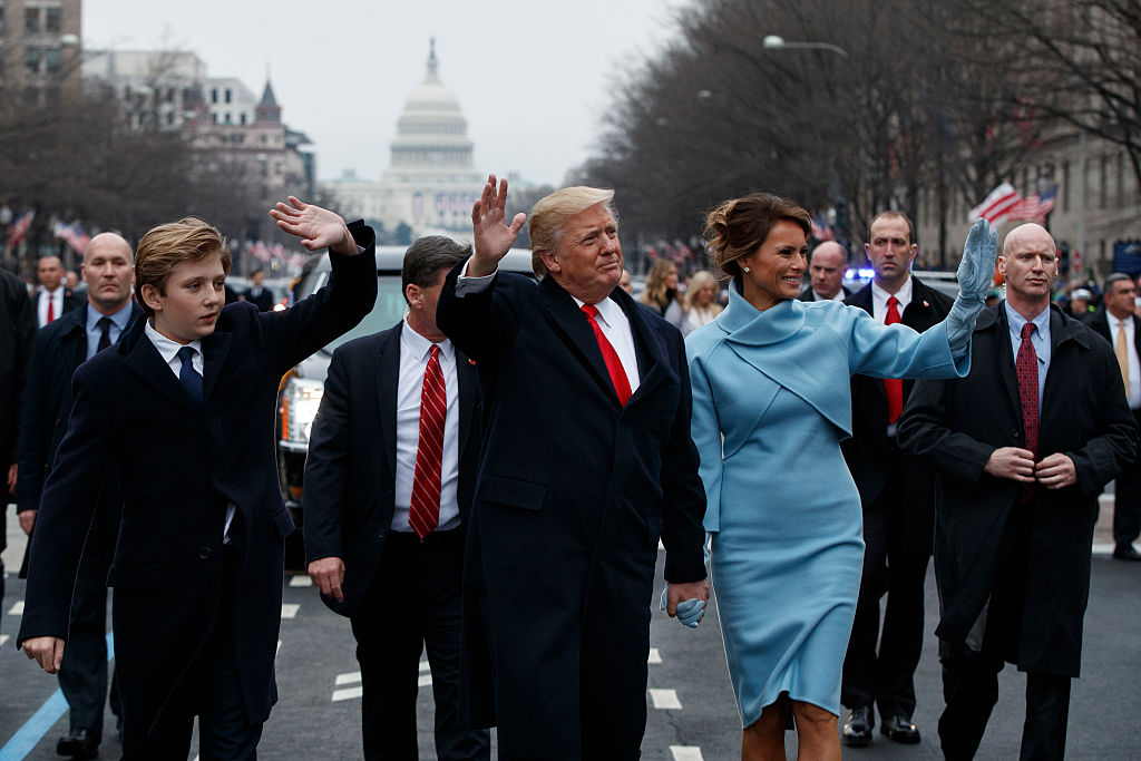 En esta imagen se ve al agente con las manos en otra posición. Foto: Getty Images