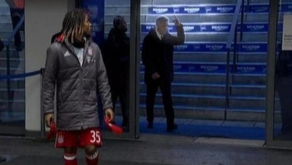 El obsceno gesto de Carlos Ancelotti a los hinchas del Hertha Berlín fue captado por las cámaras de televisión / Twitter
