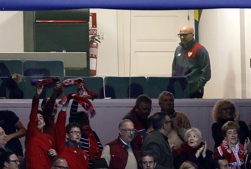 Sampaoli tuvo que ver el partido desde la tribuna porque está suspendido / EFE