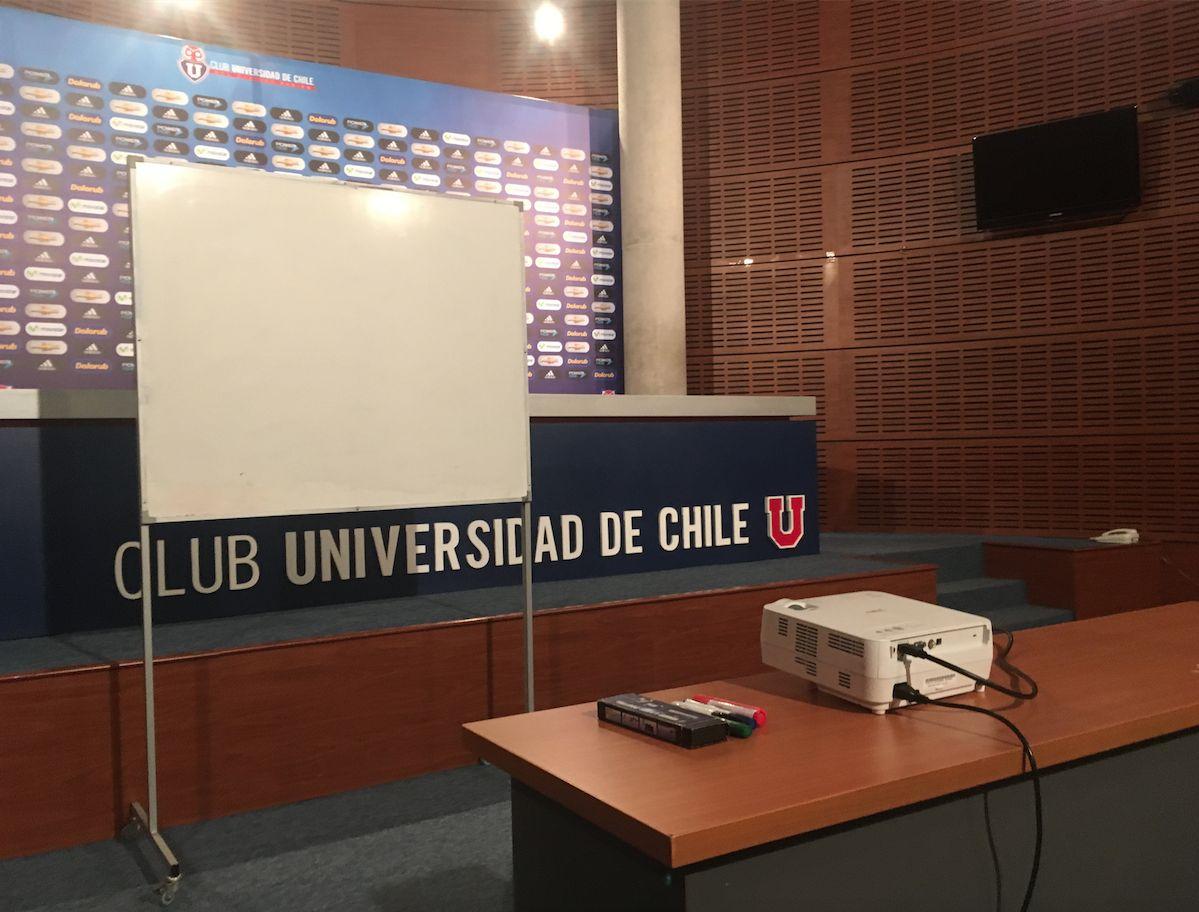 La proyectora, el pizarrón y los plumones listos para la charla del cuerpo técnico azul / Diego Espinoza