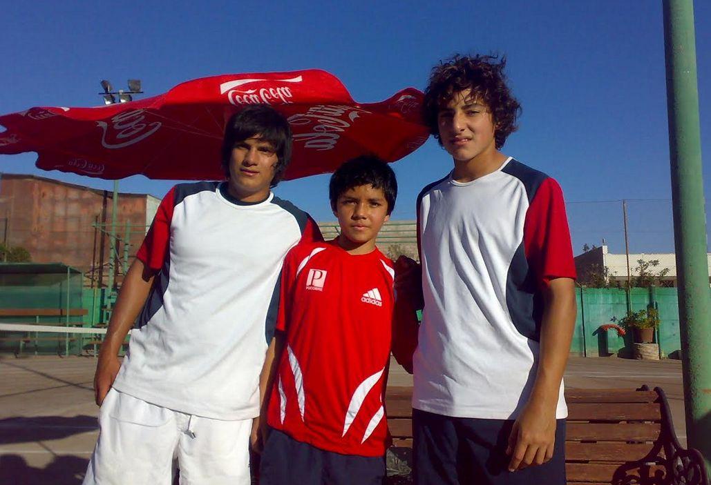 Soto junto a unos jóvenes Bastián Malla y Christian Garín / Gentileza