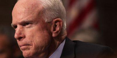 Senador McCain reta a Trump a probar que su teléfono fue intervenido