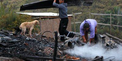 Vecinos de campamento Felipe Camiroaga inician remoción de escombros tras incendio