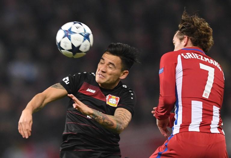Aránguiz pasó a ser suplente en el Leverkusen con la llegada de Tuyfan Korkut / AFP