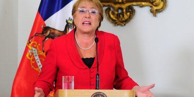 Bachelet se desahoga en Twitter con Soledad Onetto tras polémica por terreno a nombre de su hija