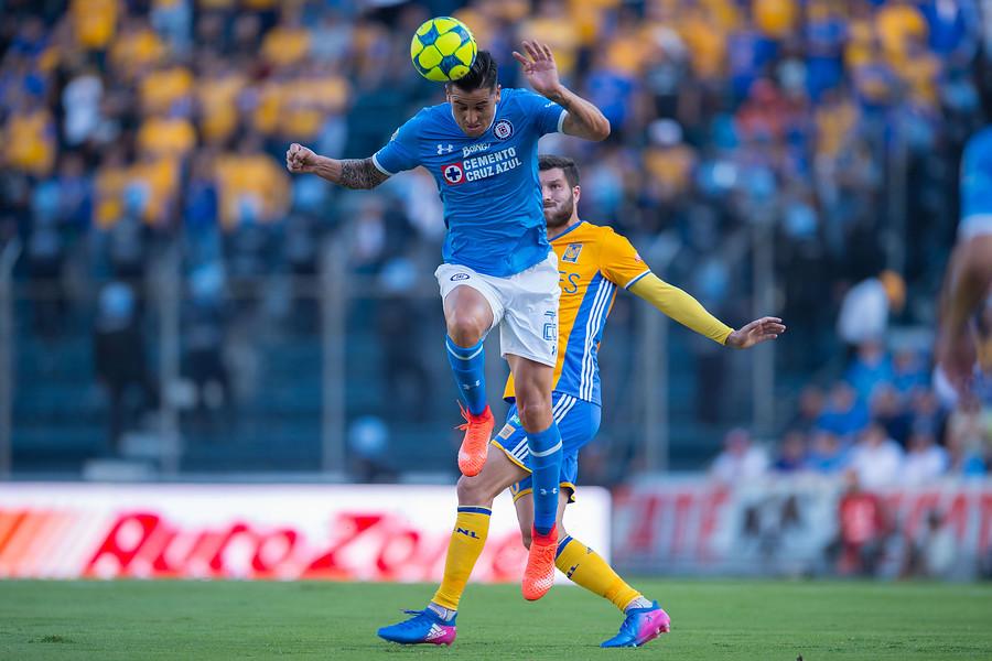 Enzo Roco ganándole un balón dividido al francés Andre-Pierre Gignac / Photosport
