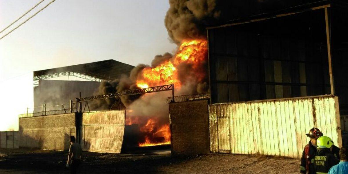 Incendio arrasa con bodega de productos químicos en Maipú