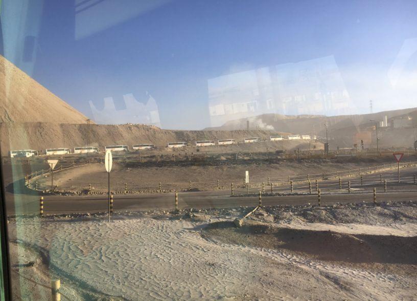 Trabajadores de Codelco bloquean acceso a Chuquicamata por