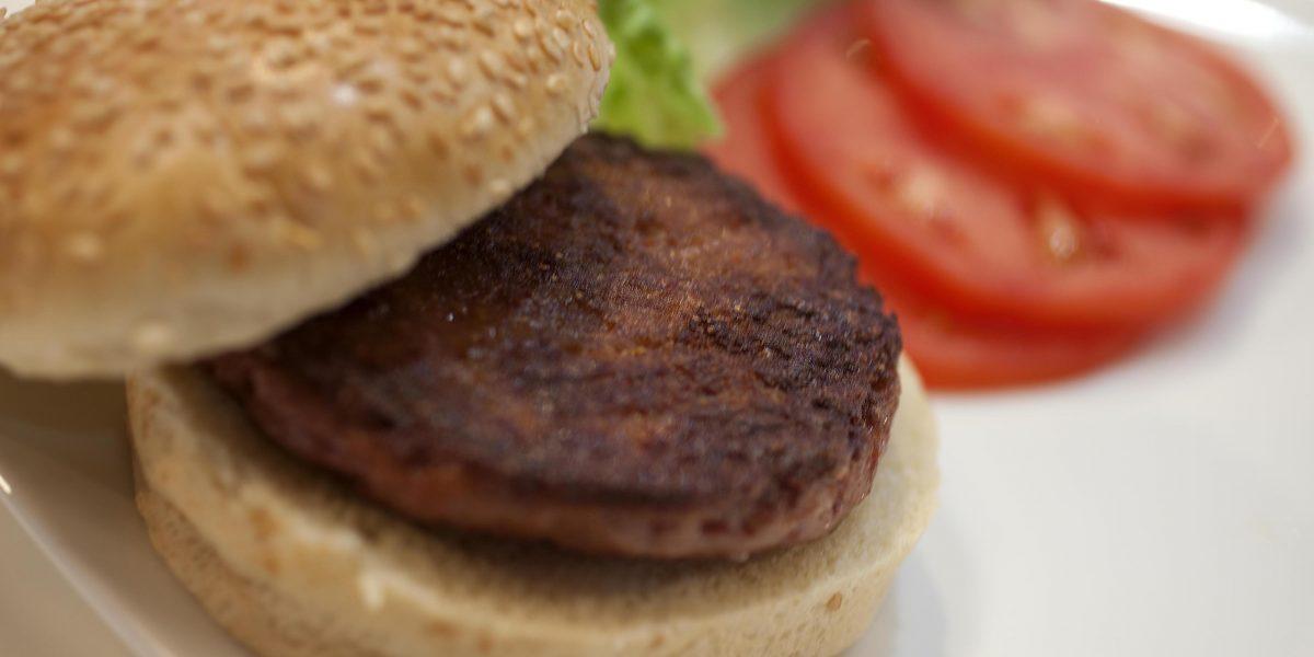 Sernac denuncia a seis marcas de hamburguesas por no informar correctamente de qué están hechas
