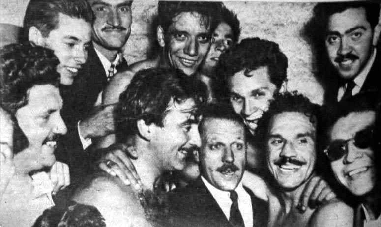 Sergio Livingstone uno de los máximos ídolos del club festeja el primer título en 1949 (Foto: Memoria Chilena)