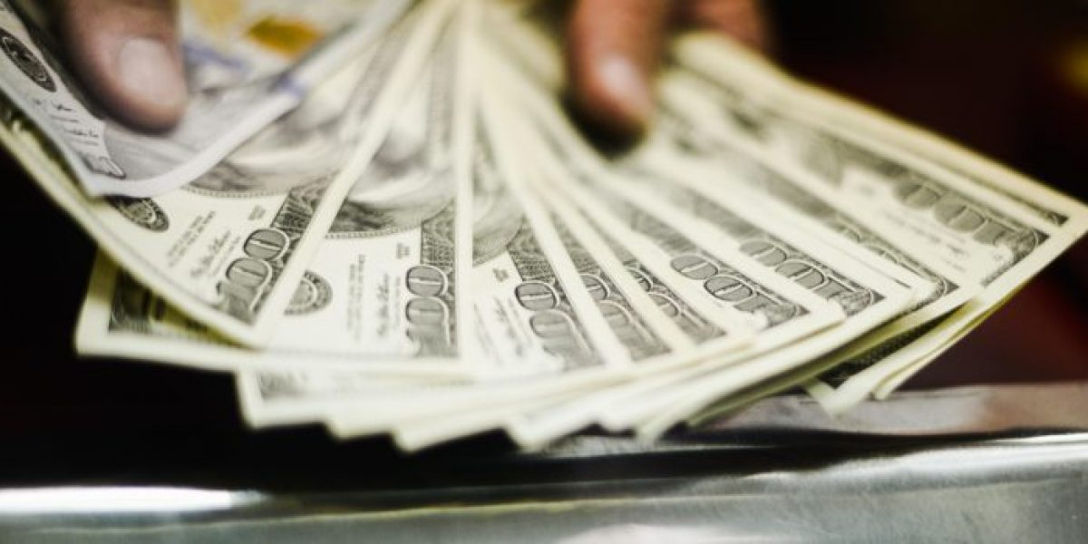 Dólar cierra la semana sobre los $650