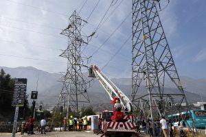 Joven de 20 años fue rescatado desde torre de alta tensión en Peñalolén