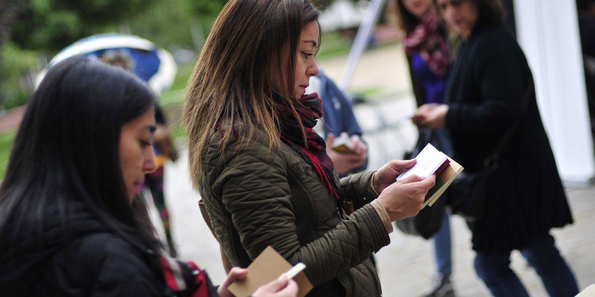 Mujeres leen más que los hombres en Chile y en el mundo