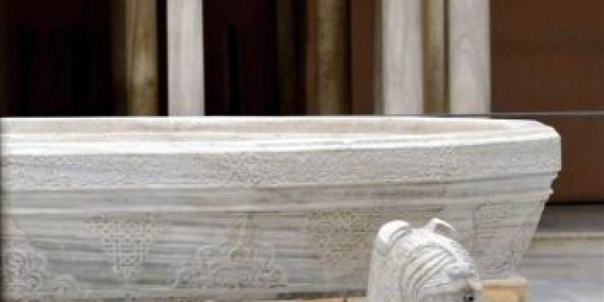 El primer león restaurado regresa al patio más famoso de la Alhambra de Granada