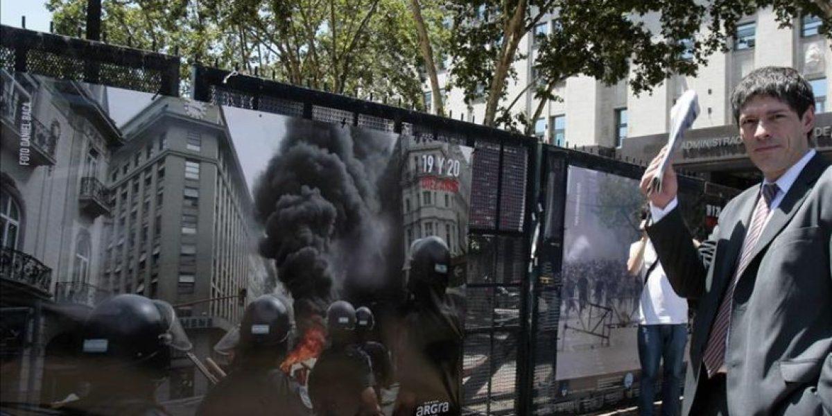 Muestra fotográfica callejera en Buenos Aires recuerda la represión de 2001