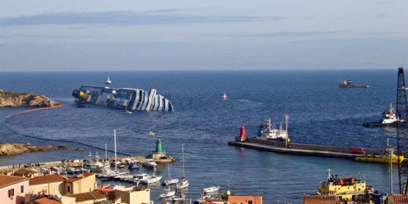 El crucero Costa Concordia permanece escorado cerca de la costa de la isla de Giglio en Italia Foto:EFE