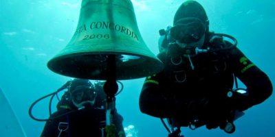 Los buzos reanudaron este jueves las tareas de búsqueda de la veintena de desaparecidos del naufragio después de que ayer se tuvieran que suspender debido a que se registraron movimientos del casco. Foto:EFE